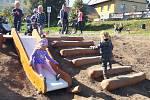 První děti už vyzkoušely čtyři nové dřevěné skluzavky a prolézačky na Knížecí louce v Moravské Třebové
