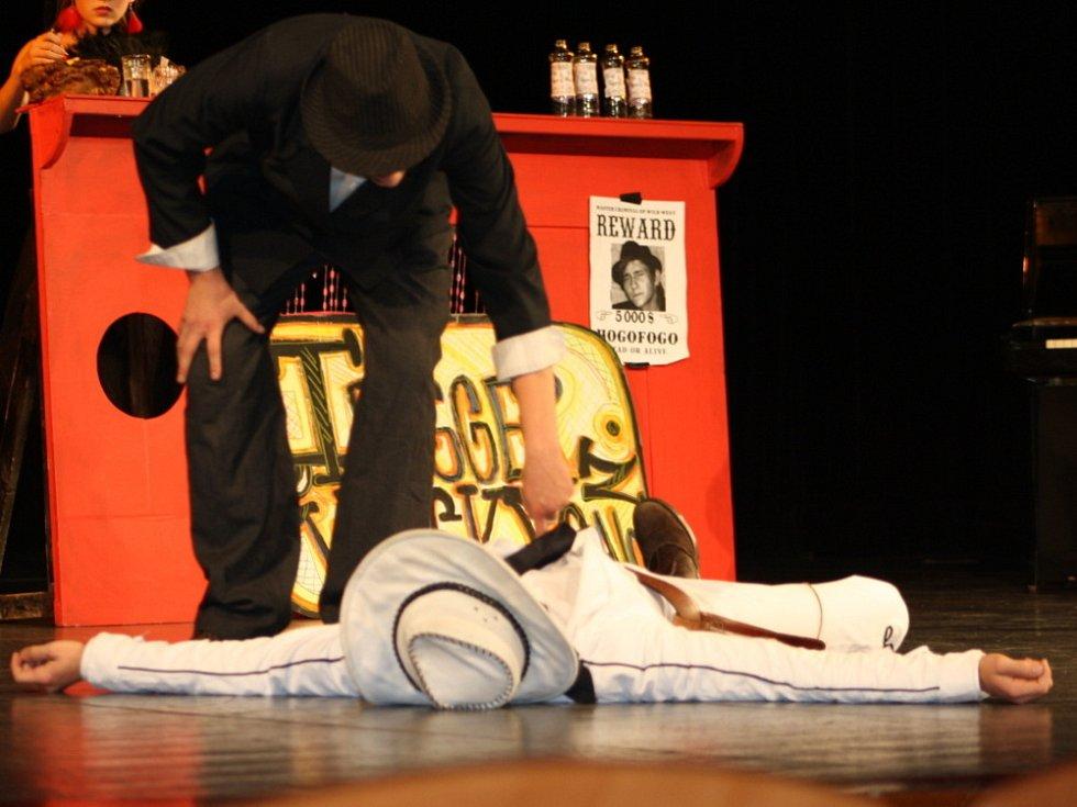 LIMONÁDOVÝ JOE. Hra v podání žáků a studentů poličských škol  zahájila v sobotu přehlídku divadelníků.