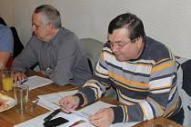 PŘEDSEDA VÝKONNÉHO výboru Okresního fotbalového svazu Svitavy Antonín Kadlec (vpravo) přednesl zástupcům oddílů a klubů hodnotící zprávu za uplynulé dva roky. Sekretář svazu Karel Čupr je seznámil s nejdůležitějšími parametry Fotbalové (r)evoluce.