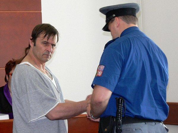Výtržník a násilník Viktor Ressek zKunčiny zbil bezdůvodně pět osob. Soud ho poslal na dva roky do vězení sdozorem.
