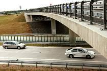 Zavřený viadukt. Montéři most na okresce mezi Kratonohami a Pravy (na snímku) nad dálnicí D11 špatně postavili, zatéka do něj voda a museho ho proto předělat.