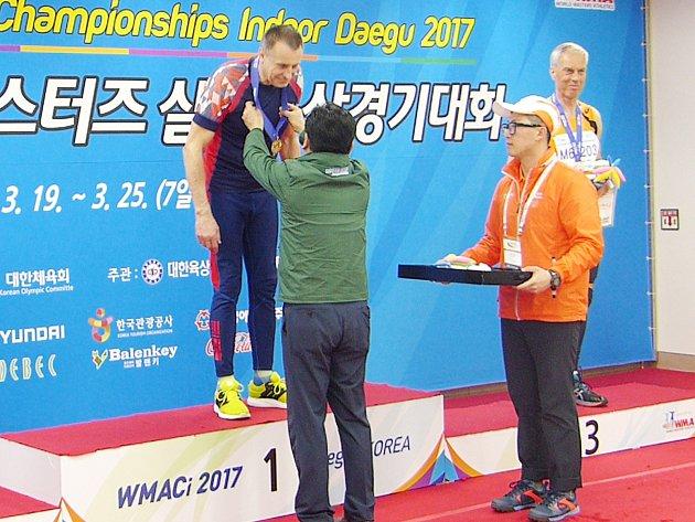 Není pro sportovce krásnějšího pocitu, než když mu na krk věší zlatou medaili. Ivo Strnad si ho v Tegu vychutnal při slavnostním ceremoniálu soutěže tyčkařů. Ani česká hymna nechyběla.
