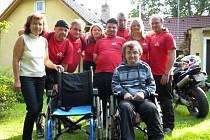Motorkáři osobně předali invalidní vozík postiženému Stanislavovi z Osíku