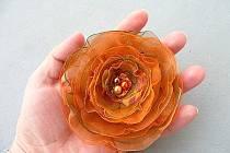 Vyrobit si můžete brože z organzy nebo dekorativní věnečky.