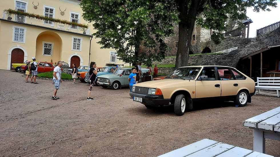 Na hradě Svojanov se o víkendu konal sraz Moskvičů z celé republiky.