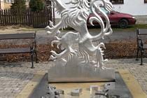 Stříbrný lev je ve znaku Svojanova.