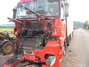 Na silnici třetí třídy v Jarošově na Svitavsku se rozjel traktor, zastavil až o lešení rodinného domu. Děvětačtyřicetiletý řidič traktor dostatečně nezajistil. Zemědělský stroj s přívěsem se rozjel, zdemoloval dopravní značku a zastavil se až o lešení.
