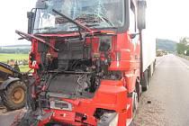 Dva kamiony se ve středu srazily mezi Moravskou Třebovou a Mohelnicí. Před pracovními stroji silničářů zastavoval řidič se soupravou Renault. Za ním jedoucí řidič kamionu Mercedes nedodržel bezpečnou vzdálenost. Spolujezdec z Mercedesu se lehce zranil.