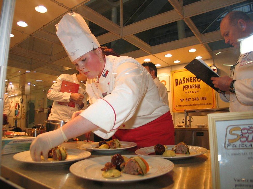 Jiřina Čechová připravuje pokrm z mletého masa.