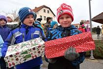 Děti ze Základní školy v Osíku se připojily ke sbírce dárků Krabice od bot.