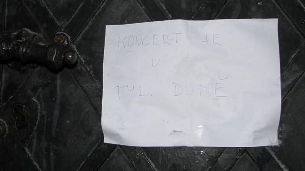 Cedule oznamující místo konání koncertu