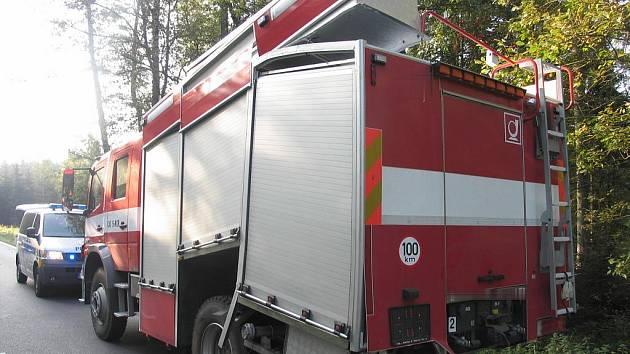 Opilý řidič se střetl s hasičským vozem.