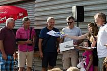 RADOST NA OBOU STRANÁCH. Malá Anička dostala tolik potřebné peníze. Organizátorům charitativního tenisového turnaje na oplátku nakreslila  obrázky.