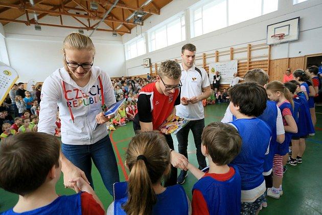 Školáci v Jevíčku si zatrénovali s výškařkou Michaelou Hrubou.