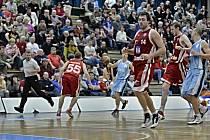 PROTI SILNÉMU Kolínu odehráli svitavští basketbalisté v základní části Mattoni NBL dva kvalitní a vyrovnané duely. Doma podlehli soupeři o šest, venku o pět bodů a vždy to bylo po tuhém boji.