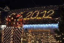 Vánoční pohádka v Chotovicích. Tisíce lidí míří v těchto dnech do vesnice u Litomyšle, aby si tu vychutnaly vánoční atmosféru u osvíceného domku Václava Trunce.