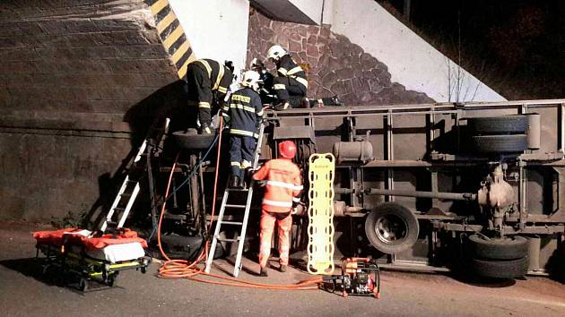 Kamion narazil do viaduktu.