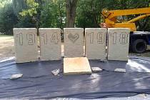 Obnovený pomník obětem první světové války město instalovalo na Rybním náměstí. Slavnostně odhalen bude poslední srpnový víkend.