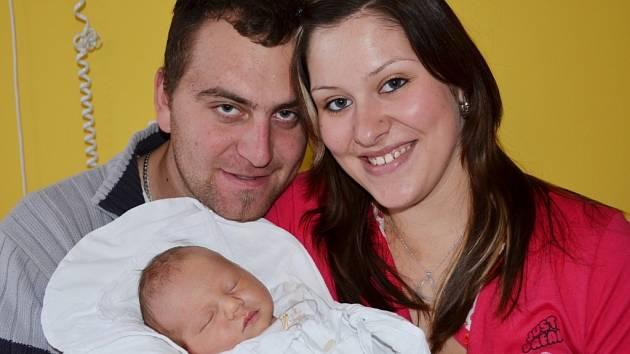 PATRIK KOVÁŘ. Iveta Staňková a Josef Kovář si do Chmelíku odvezli prvního synka. Narodil se 23. listopadu ve 4.05 hodin. Měřil 52 centimetrů a vážil 3,85 kilogramu.  Tatínek si na příchod synka počkal na sále