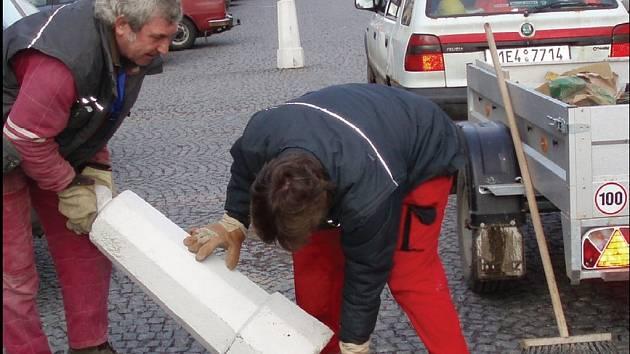 BETONOVÉ SLOUPKY zasadili řemeslníci do ocelových trubek.