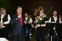 Tři stovky seniorů se sešly opět u muziky v Lubné