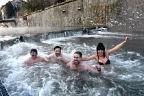 Parta otužilců se nevzdává svého koníčku ani v minus 11 stupních. Chodí se koupat do řeky Loučné v Litomyšli.