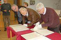 PŘEKVAPENÍ PRO HOSTY. Režisér Wilkinson a muzikolog Large (zprava) měli možnost nahlédnout během své návštěvy do originálních partitur Bohuslava Martinů.