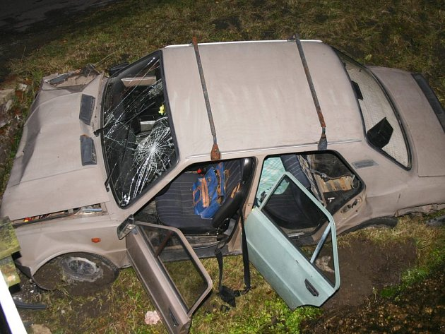 Odstrašující přípdad toho, jak může dopadnout jízda s alkoholem za volantem. V  Bělé  skončilo auto pod mostem.