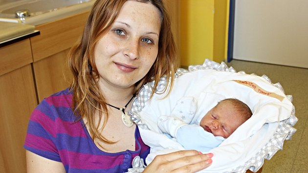TOMÁŠ LNĚNIČKA se narodil 18. května v 9.42 hodin. Vážil 2,58 kilogramu a měřil 47 centimetrů.  S rodiči Alenou Zehnalovou a Pavlem Lněničkou bude vyrůstat v Osíku, kde se na brášku těšil i čtyřletý Dominik.