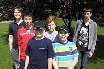 Pod postup do extraligy se v závěrečných kolech soutěže podepsali tito mladí poličští šachisté – zleva: Patrik Feltl, Jan Tulis, Ondřej Švanda, Jakub Nešpor, Lukáš Pavlíček a Jan Česenek.