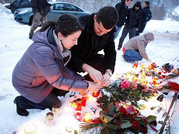 Během odpoledne stále přijížděli k chalupě Václava Havla na Hrádečku položit květiny a zapálit svíčky.