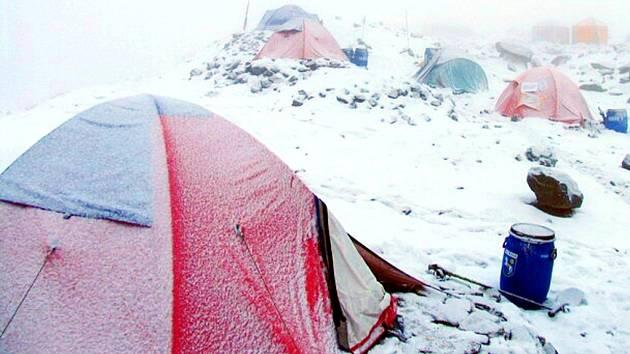Zasněžené stany expedice v základním táboře.