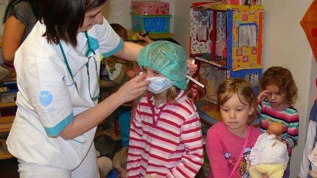 Sestřičky ze svitavské nemocnice navštívily děti v mateřské školce v Brněnci. Na plyšácích je učily poskytovat první pomoc.