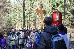 Již počtvrté se vydali poutníci ke kapličkám, které ve Vysokém lese obnovil Spolek archaických nadšenců ze Sebranic.