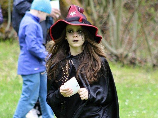 Nejlepší maska dne. Veronika Reichertová musela pořídit nový kostým. Narychlo jí s maskou pomáhal tatínek.