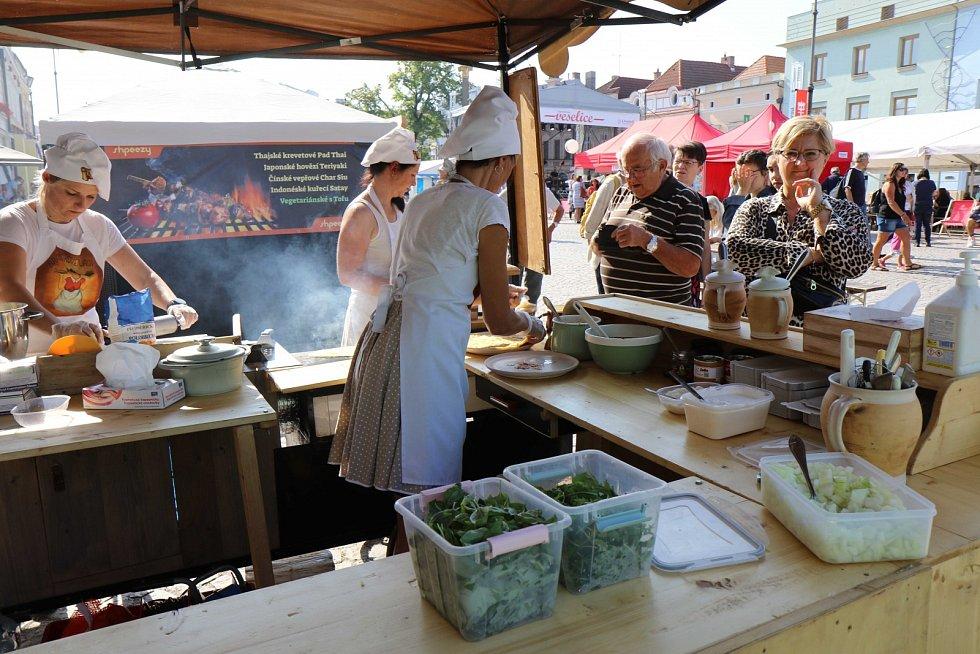 V neděli Litomyšlská veselice vyvrcholila společným obědem, kdy se podávala pečená husa. Amatérští pekaři soutěžili o nejlepší chleba.