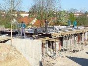 Během listopadu získá stavba kostela kříž.