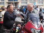MOTORKÁŘI v neděli obsadili náměstí v Poličce. Bylo jich přes 700, přijeli z celé republiky  a následně se vydali na vyjížďku, která končila v Pomezí.