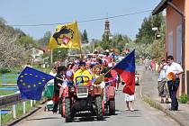 První máj je už čtyři roky v Rozstání u Moravské Třebové spojený s recesním průvodem obcí. I včera vyrazili lidé s mávátky do průvodu. Nechyběla ani dechovka, vojenská a zemědělská technika a také symbolické vypouštění holubic míru.