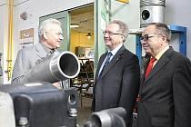 Prezident  Agrární komory ČR Jan Veleba (uprostřed) navštívil technickou školu v Litomyšli.