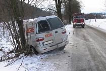 U obce Staré Město  na Moravskotřebovsku narazil v pondělí do stromu automobil