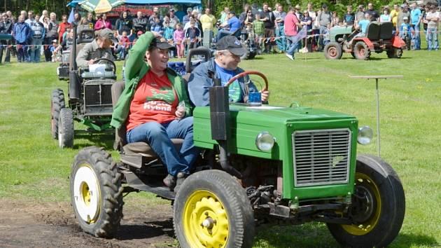 Traktůrky, traktory a další stroje proháněli v sobotu jejich majitelé v Březinách. Místní, ale i borci z okolí dokazovali svou zručnost. Zvládli i jízdu terénem.