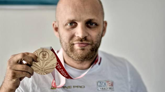 Petr Svatoš z Budislavi přivezl z paralympiády v Tokiu bronzovou medaili ze stolního tenisu.