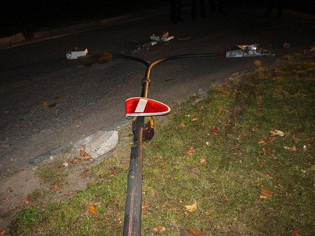 Ve čtvrtek večer poškodil řidič zahraničního kamionu sloup veřejného osvětlení.