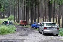 Houbaři parkují v lese navzdory zákazu.