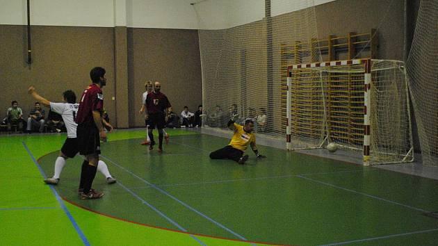 Osmý turnaj celostátní ligy v sálové kopané se hrál ve sportovní hale gymnázia v Poličce.