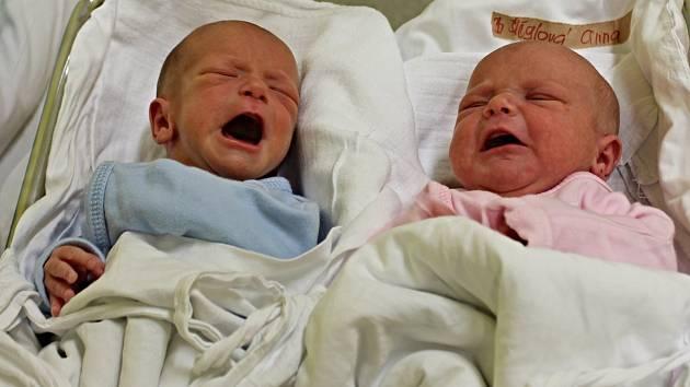 ANIČKA A TADEÁŠEK ŠLÉGROVI - radost pro Naďu a Ivana z Trstěnice. Dvojčátka přišla na svět 7. prosince v 8.16 hodin. Anička vážila 2,65 k a měřila 45 c. Tadeášovi naměřili stejné údaej. Dvojčátka mají sourozence, a sice 3letého Martínka a 2letého Románka.
