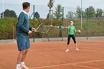 Karel Nováček si přijel do Svitav zatrénovat hlavně s tenisovými nadějemi. Dával jim i cenné rady.