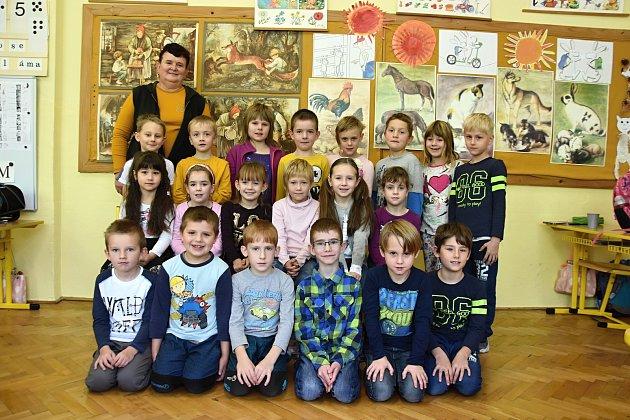 ŽÁCI ZE ZÁKLADNÍ ŠKOLY VSEBRANICÍCH spaní učitelkou Zuzanou Laštovicovou. Foto: Deník/ Iveta Nádvorníková