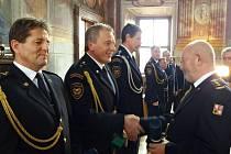 ppor. Jaroslav Žák – územní odbor Chrudim při přebírání medaile